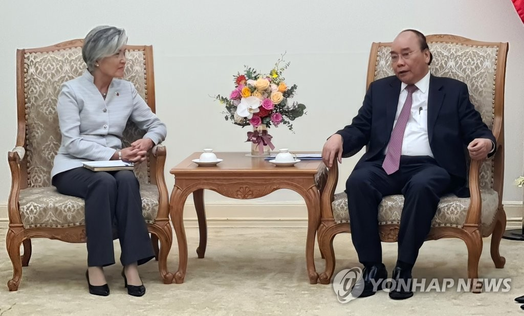 Foreign Minister Kang Kyung-wha (L), speaks with Vietnamese Prime Minister Nguyen Xuan Phuc in Hanoi during a courtesy call on Sept. 17, 2020. (Yonhap)