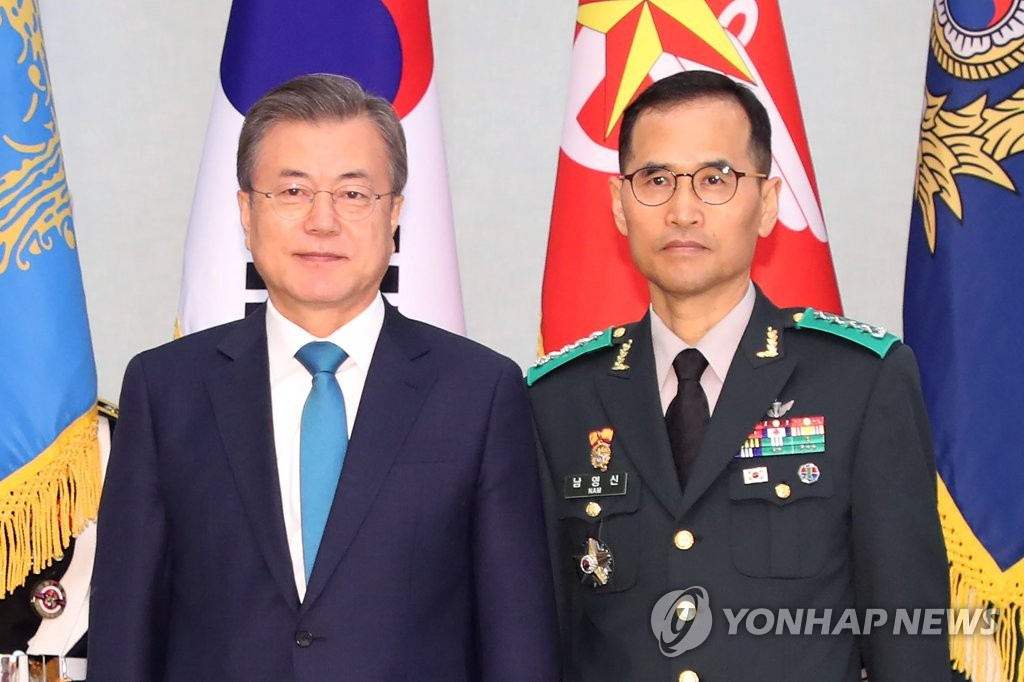 In this file photo, taken on April 15, 2020, Ground Operations Command chief Gen. Nam Yeong-shin (R) poses for a photo with President Moon Jae-in at the presidential office Cheong Wa Dae in Seoul. He was appointed as the new Army chief on Sept. 21. (Yonhap)