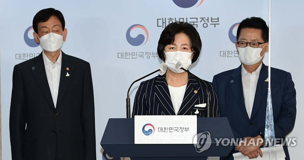 In this file photo taken on Sept. 21, 2020, Justice Minister Choo Mi-ae (C) speaks during a briefing on the outcome of the second strategic meeting on the reform of the National Intelligence Service, the prosecution and the police at the government complex in Seoul. (Pool photo) (Yonhap)
