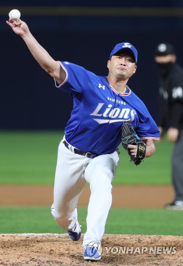 In this file photo from Sept. 22, 2020, Oh Seung-hwan of the Samsung Lions pitches against the NC Dions in the bottom of the eighth inning of a Korea Baseball Organization regular season game at Changwon NC Park in Changwon, 400 kilometers southeast of Seoul. (Yonhap)