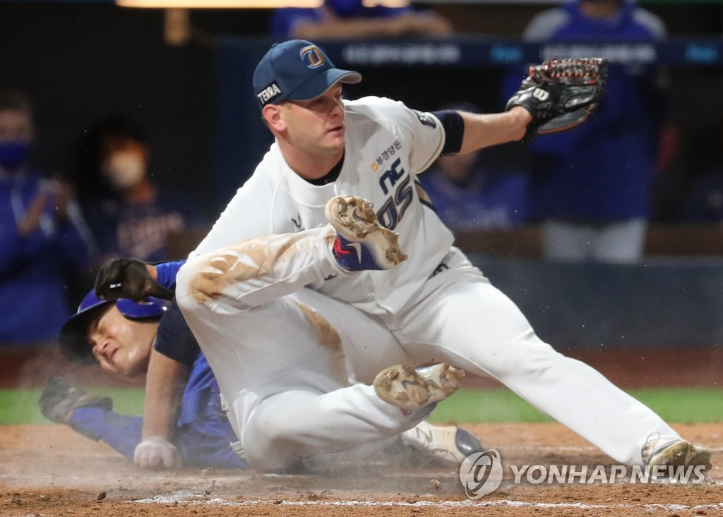 In this file photo from Sept. 23, 2020, Drew Rucinski of the NC Dinos (R) collides with Kim Hun-gon of the Samsung Lions at home plate in the top of the fifth inning of a Korea Baseball Organization regular season game at Changwon NC Park in Changwon, 400 kilometers southeast of Seoul. (Yonhap)