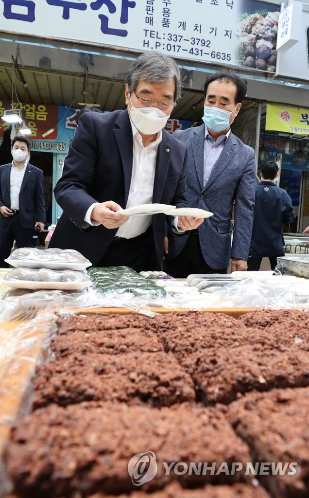 Financial watchdog chief visits traditional market