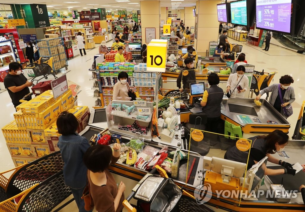 Consumers shop for groceries at a supermarket located in Seoul on Sept. 28, 2020. (Yonhap)