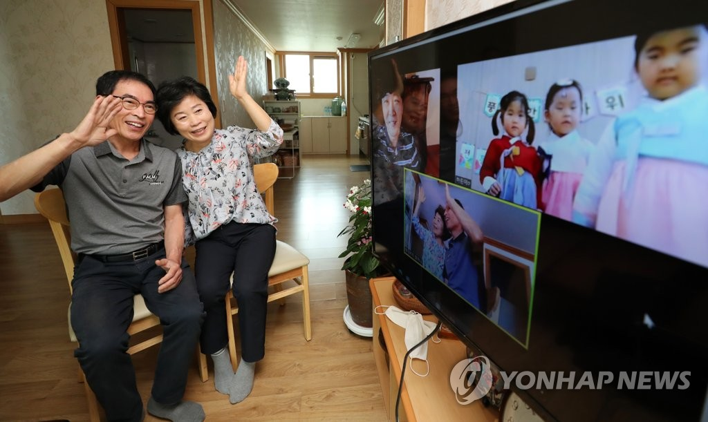 A couple in the southwestern city of Gwangju talks virtually to their granddaughter and other family members on Sept. 29, 2020, as the coronavirus pandemic has discouraged people from traveling during the Chuseok holiday. (Yonhap)