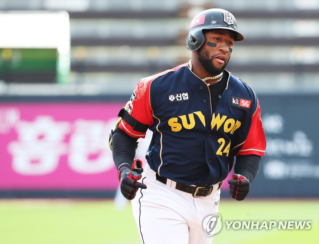 In this file photo from Oct. 4, 2020, Mel Rojas Jr. of the KT Wiz rounds the bases after hitting a solo home run against the LG Twins in the bottom of the first inning of a Korea Baseball Organization regular season game at KT Wiz Park in Suwon, 45 kilometers south of Seoul. (Yonhap)