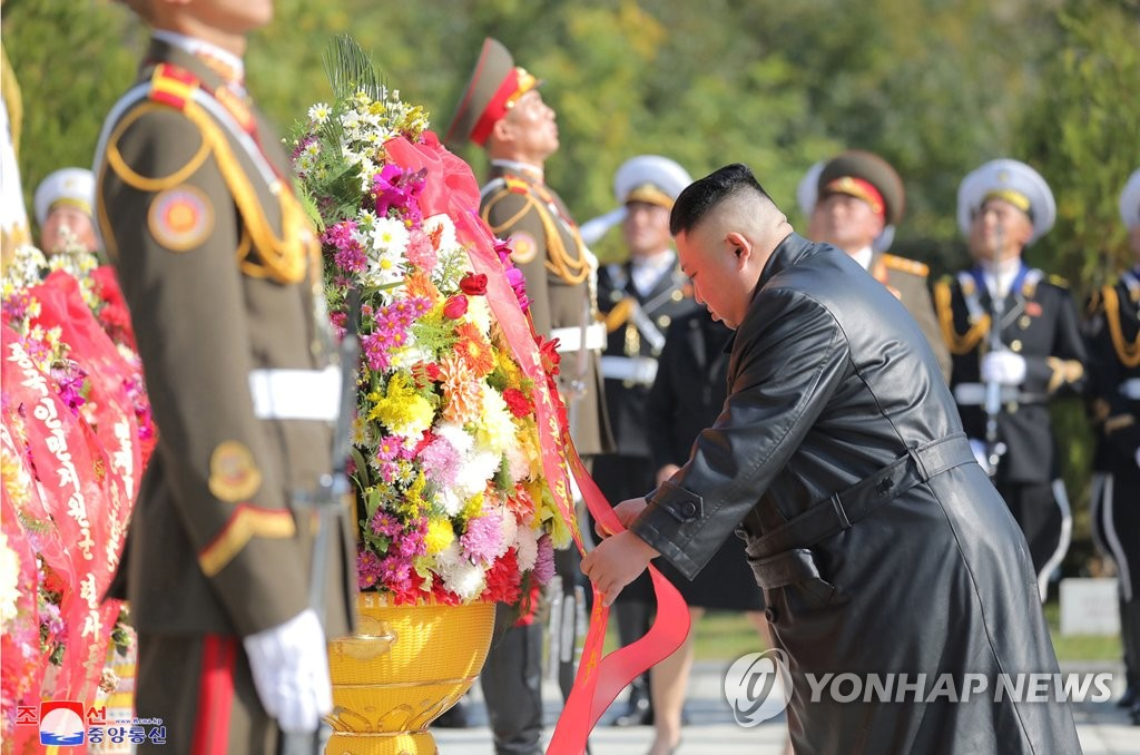 North Korea's leader Kim Jong-un places a wreath at a cemetery for Chinese soldiers killed in the 1950-53 Korean War in Hoechang, South Pyongan Province, central North Korea, to mark the 70th anniversary of China's entry into the conflict, in which China fought alongside the North, in this photo released by the North's official Korean Central News Agency on Oct. 22, 2020. (For Use Only in the Republic of Korea. No Redistribution) (Yonhap)