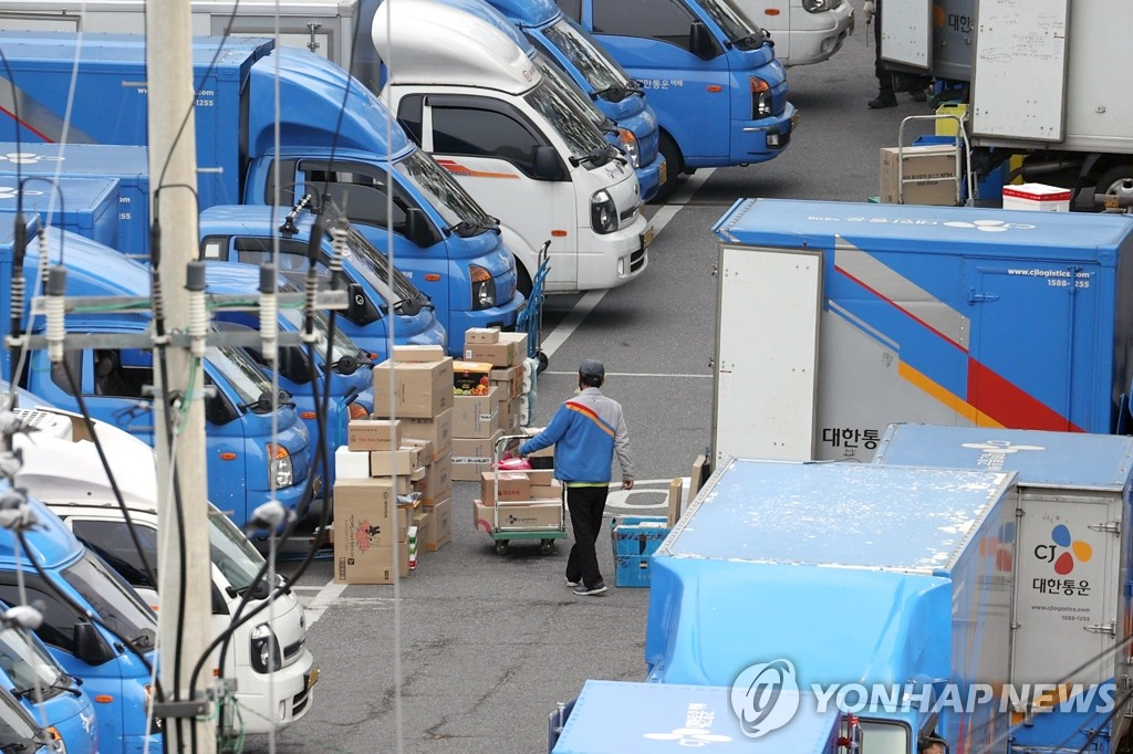 A courier of CJ Logistics sorts parcels at a logistics center in Seoul on Oct. 22, 2020. (Yonhap)