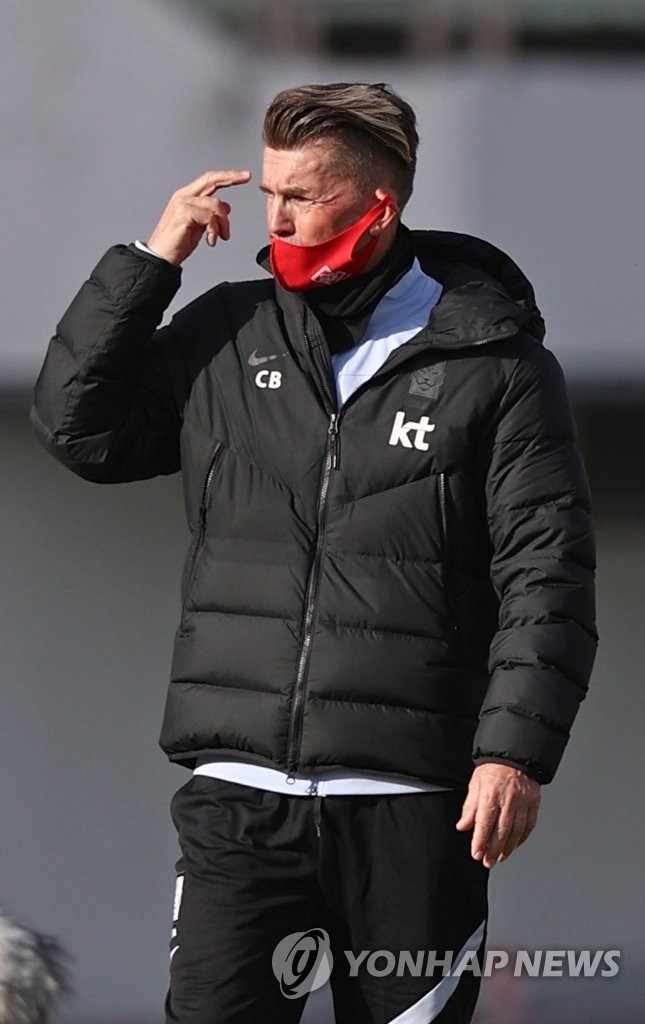 In this file photo from Oct. 26, 2020, Colin Bell, head coach of the South Korean women's national football team, watches his players in action against the under-20 women's national team in an exhibition match at Paju Stadium in Paju, Gyeonggi Province. (Yonhap)