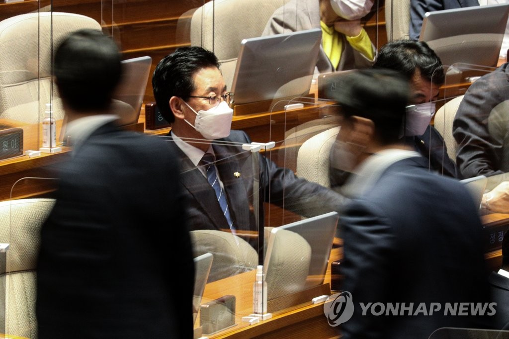 The Democratic Party's Rep. Jeong Jeong-soon (2nd from L) attends a plenary session at the National Assembly on Oct. 29, 2020, as lawmakers vote on a motion to allow his arrest in an investigation on charges of campaign fraud ahead of the parliamentary election in April. (Yonhap)
