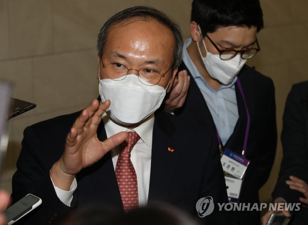 SK hynix CEO Lee Seok-hee speaks to reporters following an event hosted by the Korea Semiconductor Industry Association in Seoul on Oct. 29, 2020. (Yonhap)
