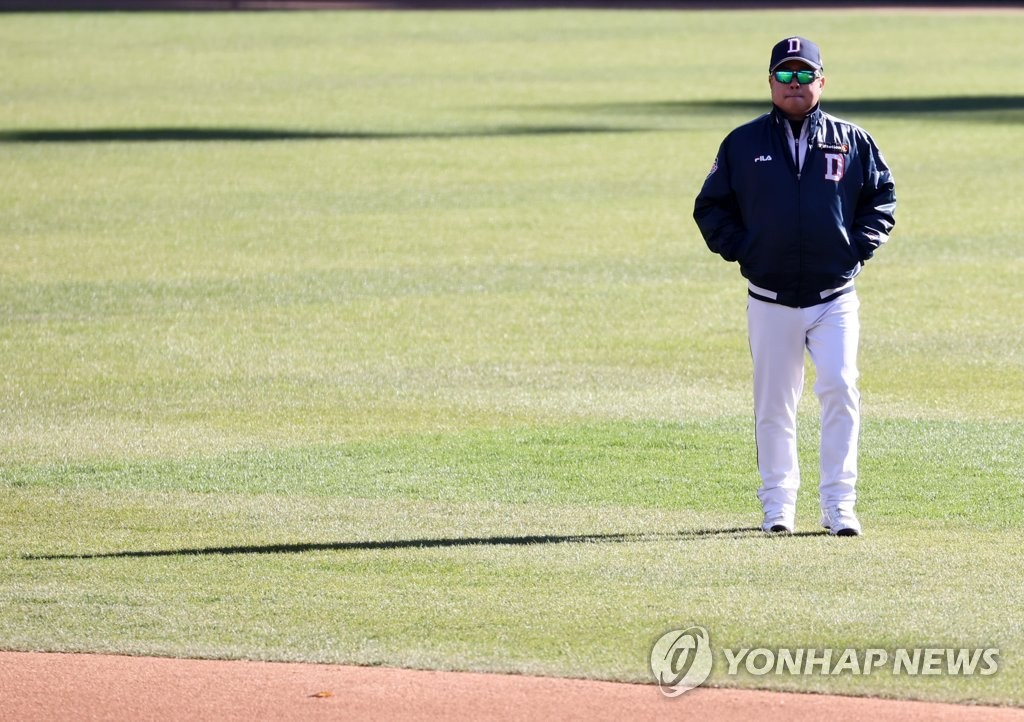 Doosan Bears manager Kim Tae-hyoung walks on the field at Jamsil Baseball Stadium in Seoul during his Korea Baseball Organization club's practice on Nov. 8, 2020. (Yonhap)
