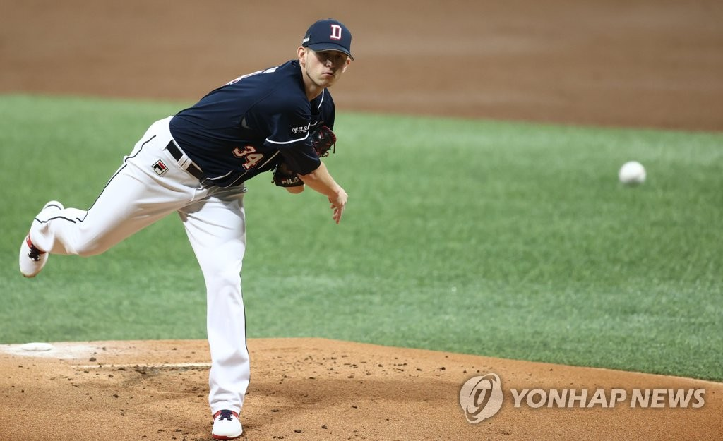 Chris Flexen of the Doosan Bears pitches against the KT Wiz in the bottom of the first inning of Game 1 of the Korea Baseball Organization second-round postseason series at Gocheok Sky Dome in Seoul on Nov. 9, 2020. (Yonhap)