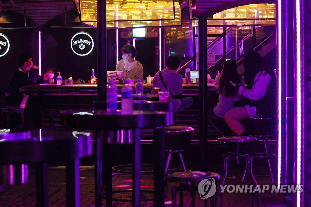 A nightclub in Seoul is relatively empty on Nov. 19, 2020, when Level 1.5 social distancing took effect. (Yonhap)