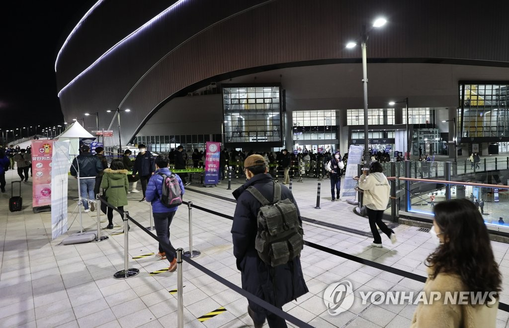 Baseball fans enter Gocheok Sky Dome in Seoul for Game 5 of the Korean Series between the Doosan Bears and the NC Dinos while maintaining safe distances outside the gate on Nov. 23, 2020. (Yonhap)
