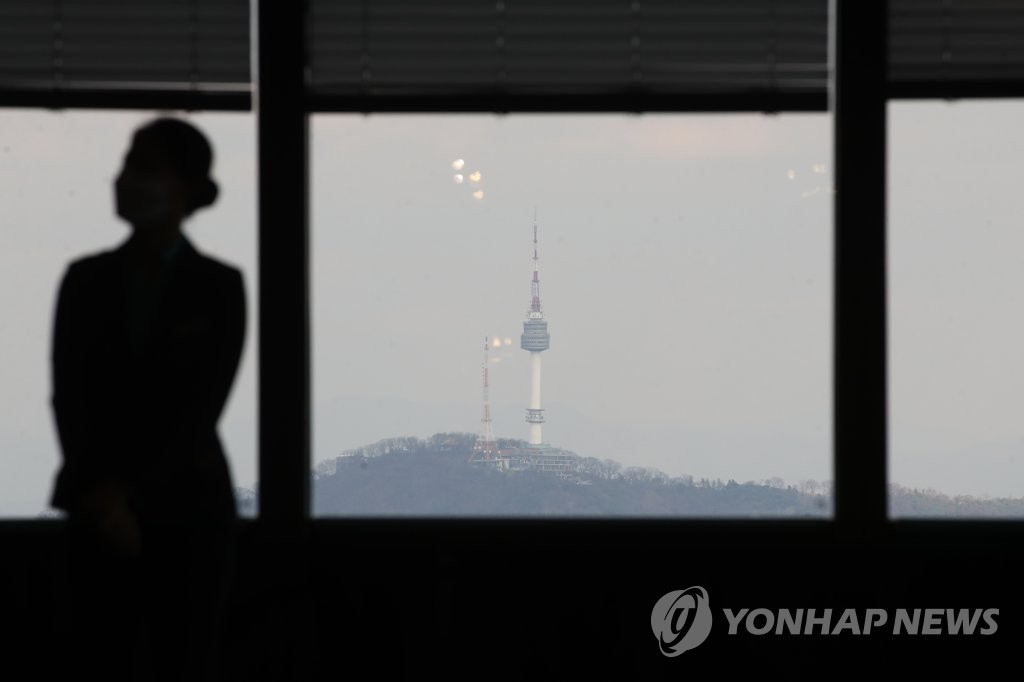 Namsan Seoul Tower is visible from a window of 63 Square building in western Seoul on Nov. 29, 2020. (Yonhap)
