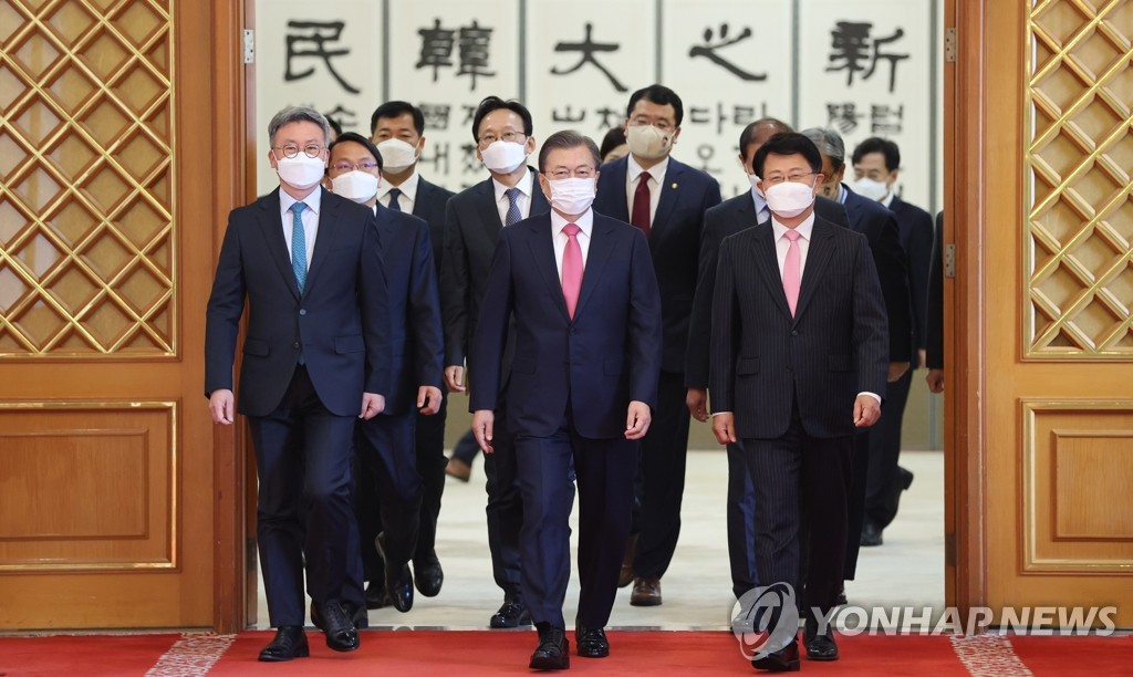 President Moon Jae-in (C) walks toward a meeting room at Cheong Wa Dae in Seoul along with newly named ambassadors after giving them letters of appointment on Dec. 2, 2020. (Yonhap)