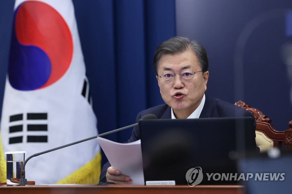 President Moon Jae-in speaks at a meeting with his senior secretaries at Cheong Wa Dae in Seoul on Dec. 7, 2020. (Yonhap)
