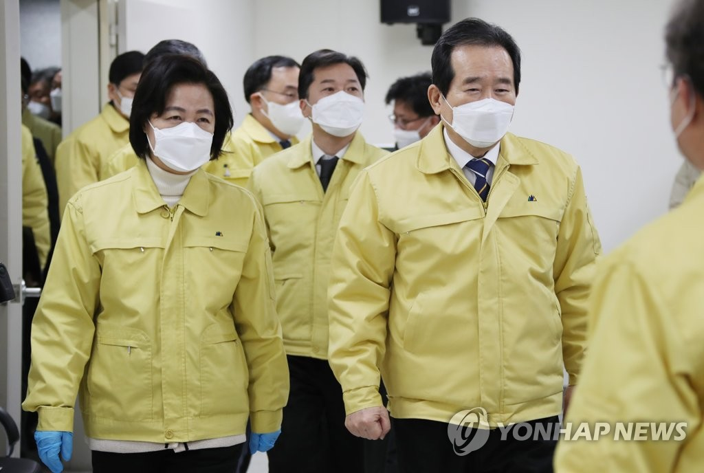 Prime Minister Chung Sye-kyun (R) and Justice Minister Choo Mi-ae (L) visit Dongbu Detention Center in southeastern Seoul on Jan. 2, 2021, following cluster infections of COVID-19 at the facility. (Yonhap)