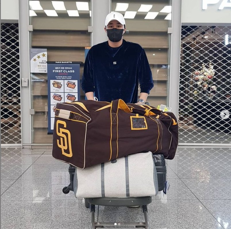 Kim Ha-seong of the San Diego Padres pushes his luggage, including a duffel bag with the logo of his new major league club, at Incheon International Airport, west of Seoul, on Jan. 2, 2021, in this photo provided by A-Spec Corp. (PHOTO NOT FOR SALE) (Yonhap)