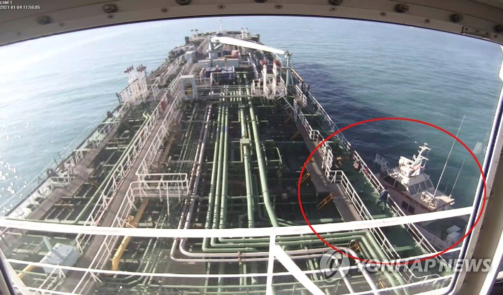 This CCTV image shows the moment the South Korean-flagged oil tanker MT Hankuk Chem was captured by an Iranian Revolutionary Guards speedboat (in the red circle) in the Gulf's Strait of Hormuz on Jan. 4, 2021, over the ship's alleged oil pollution. The ship's operator denied the allegations. (Yonhap)