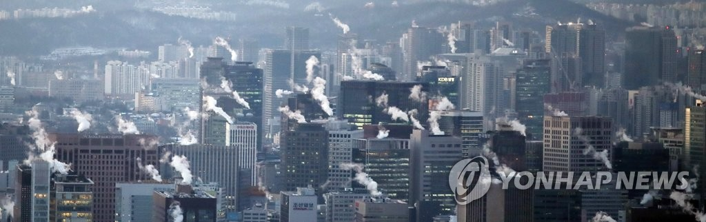 This photo shows heating-generated steam coming out of buildings in downtown Seoul on Jan. 8, 2021, as South Korea is gripped by a cold wave, with the mercury dropping to an intraday low of minus 18 C in the capital. (Yonhap)