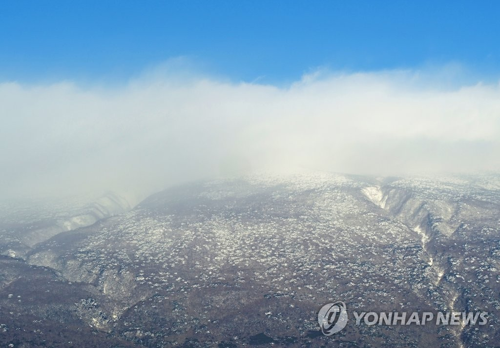 Mount Halla on Jeju Island is covered with snow on Jan. 12, 2021. (Yonhap)