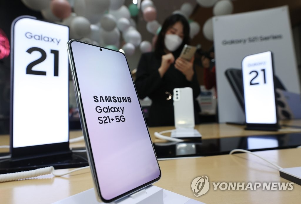 This file photo, taken Jan. 15, 2021, shows Samsung Electronics Co.'s new Samsung Galaxy S21+ smartphone at a store in Seoul. (Yonhap)