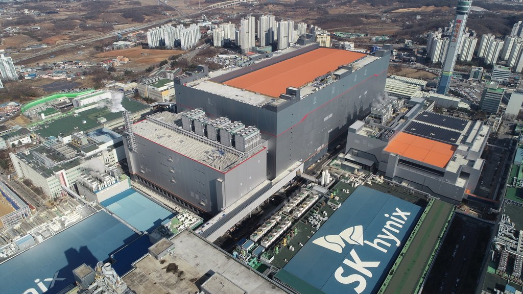 This photo provided by SK hynix Inc. on Feb. 1, 2021, shows the company's M16 chip factory in Icheon, south of Seoul. (PHOTO NOT FOR SALE) (Yonhap)