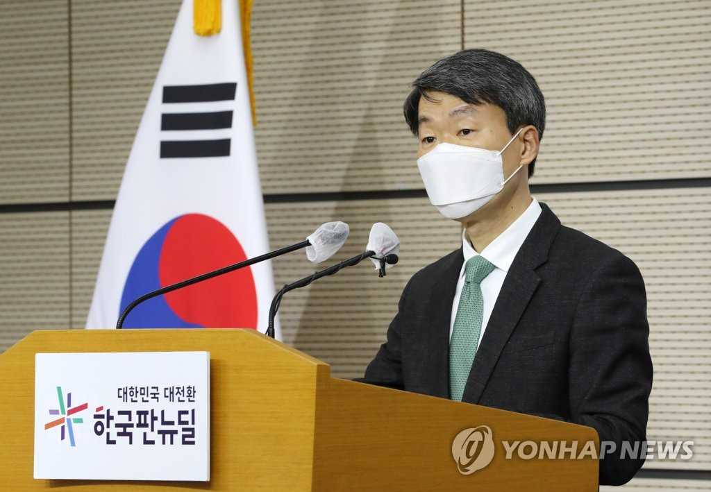 Na Seung-sik, deputy minister for trade and investment, speaks during a press briefing at the government complex in the central city of Sejong on Feb. 1, 2021. (Yonhap)