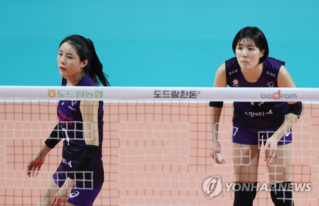 This file photo from Oct. 21, 2020, shows Lee Da-yeong (L) and Lee Jae-yeong of the Heungkuk Life Pink Spiders during a women's V-League match against GS Caltex Kixx at Jangchung Arena in Seoul. (Yonhap)