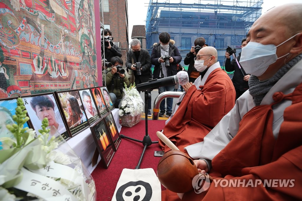 This Feb. 25, 2021, photo shows members of the Jogye Order, the biggest Buddhist sect in South Korea, and members of a coalition of Myanmarese residing here holding a joint memorial service in front of the Myanmarese Embassy in central Seoul to commemorate the sacrifice of civilians who died in protest against the recent coup in Myanmar. (Yonhap)