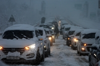 (LEAD) Hundreds of cars trapped on coastal highway amid heavy snow