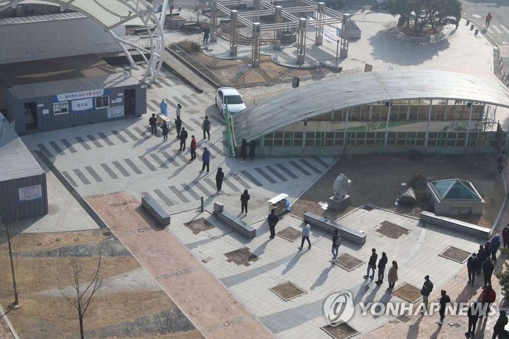 Citizens form a long queue to undergo tests at an outdoor COVID-19 testing station in Dongducheon, 40 kilometers north of Seoul, on March 3, 2021. (Yonhap)