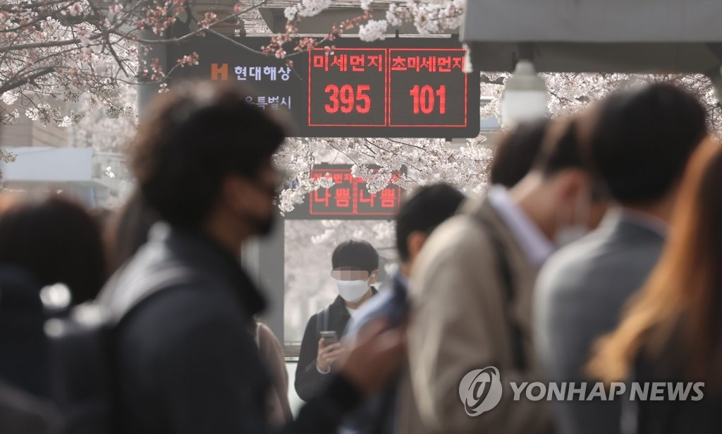 An electronic board in Seoul on March 29, 2021, shows the density levels of fine and ultrafine particulate matter (PM) reaching 395 micrograms per cubic meter and 101 micrograms per cubic meter, respectively, as a yellow dust storm causes the density of harmful particles to increase, with a yellow dust warning issued for the South Korean capital. (Yonhap)