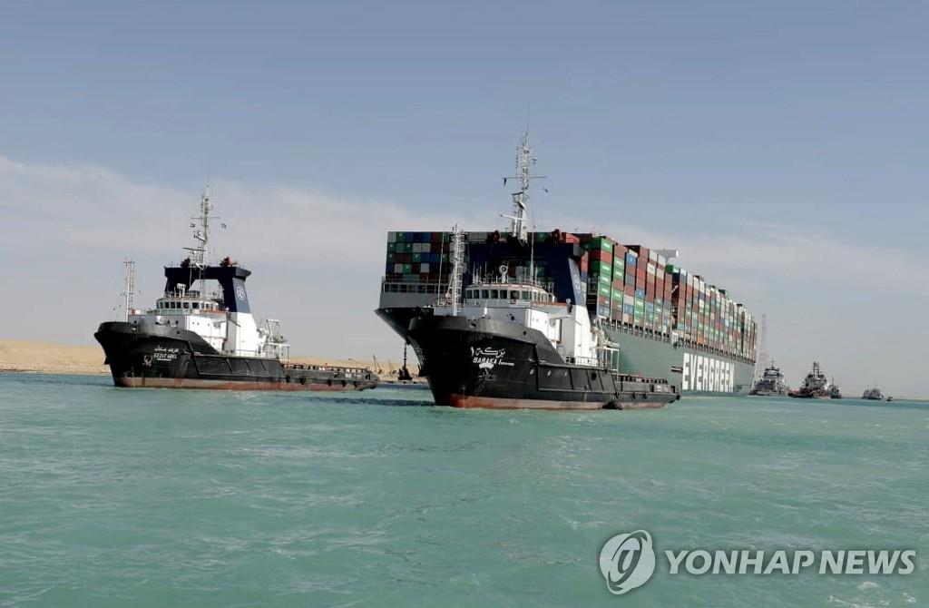 수에즈 운하 7일만에 운항 재개…좌초 선박 부양 후 이동