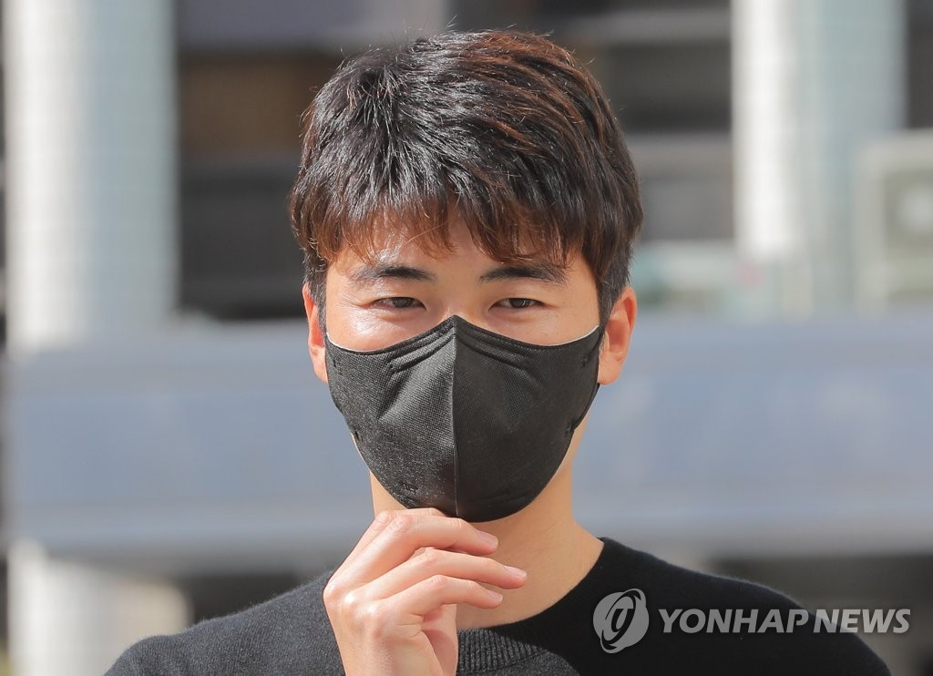 This March 31, 2021, file photo shows Ki Sung-yueng appearing at Seocho Police Station in Seoul for questioning after he accused his two former teammates of falsely claiming that he sexually and physically assaulted them in 2000. (Yonhap)