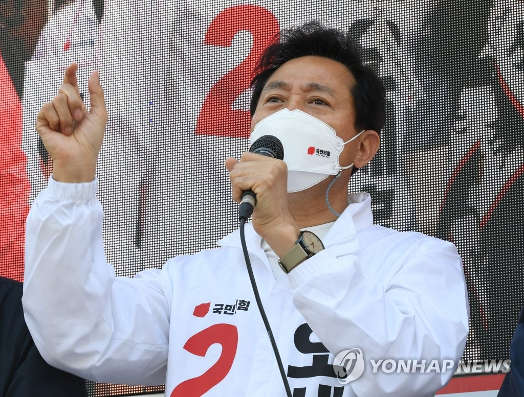 Then candidate Oh Se-hoon makes a stump speech on April 6, 2021, the final day of the campaign for the April 7 Seoul mayoral by-election, which he would go on to win. (Pool photo) (Yonhap)