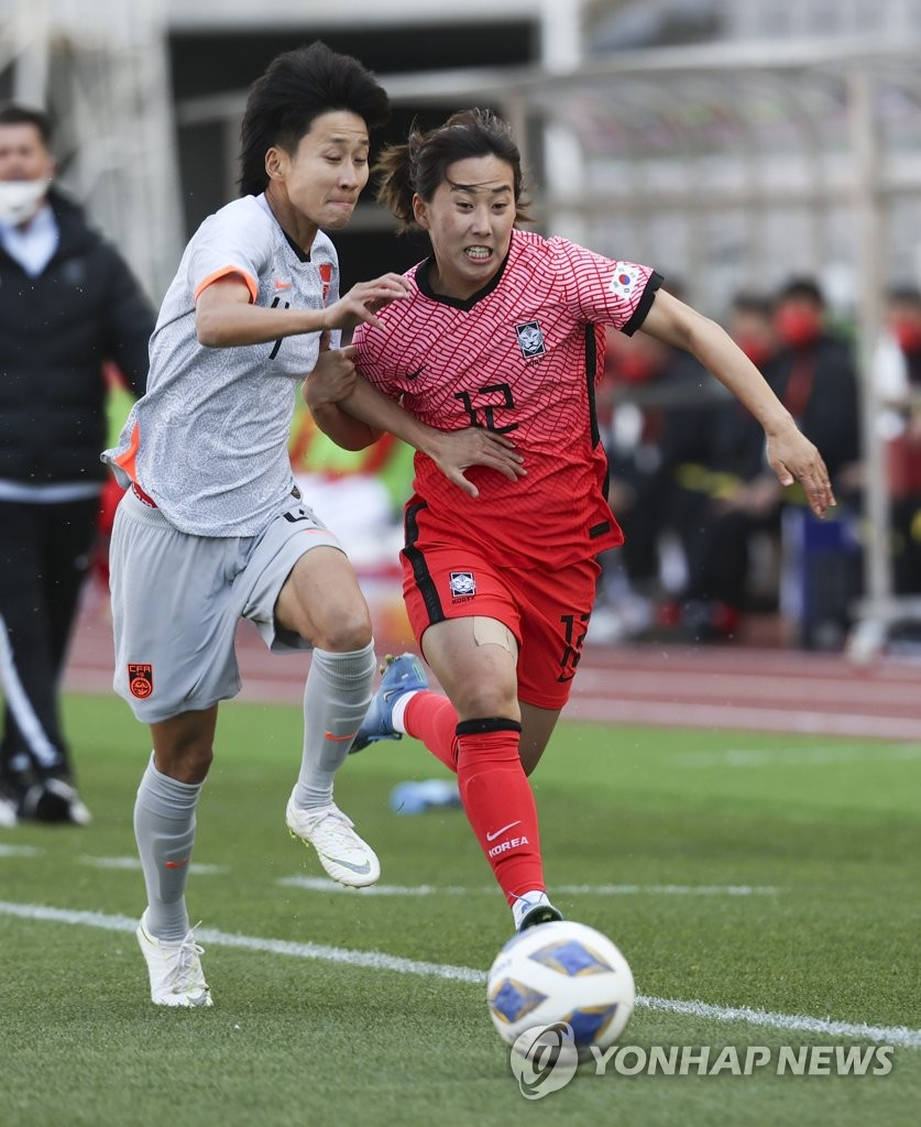 Choo Hyo-joo of South Korea (R) battles Lou Jiahui of China for the ball during the teams' Olympic women's football qualifying match at Goyang Stadium in Goyang, Gyeonggi Province, on April 8, 2021. (Yonhap)