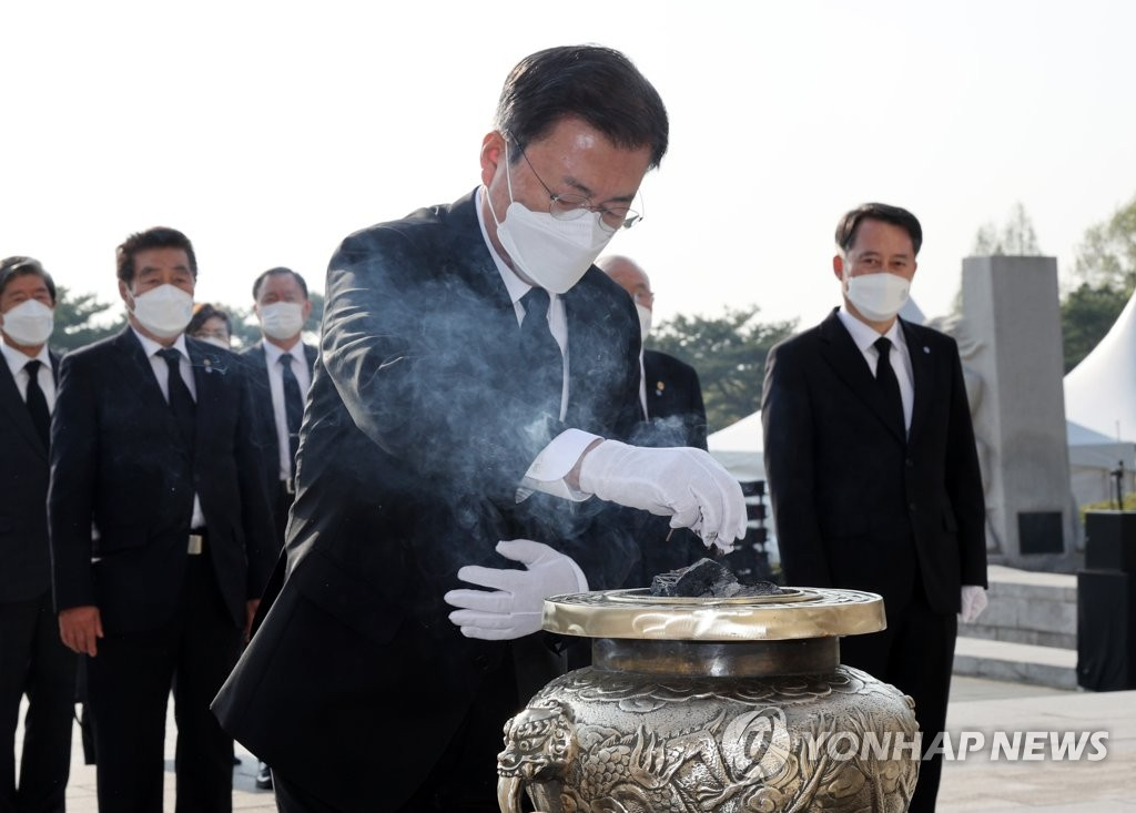 President Moon Jae-in burns incense in commemoration of victims of the April 19 Revolution at the April 19 National Cemetery in Seoul on April 19, 2021, the 61st anniversary of South Korea's historic pro-democracy revolution. (Yonhap)