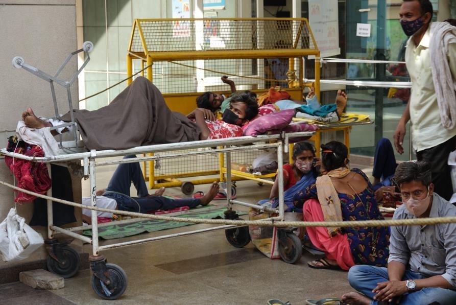 병원 건물 밖에 누워있는 코로나19 환자