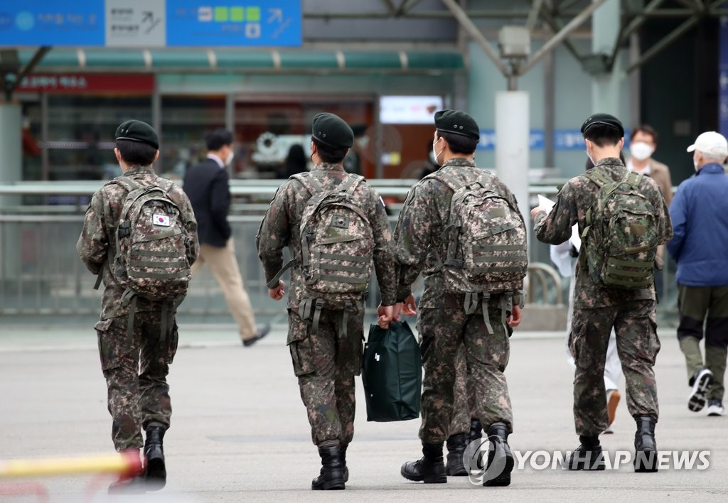 Soldiers arrive at Seoul Station on May 10, 2021. (Yonhap)