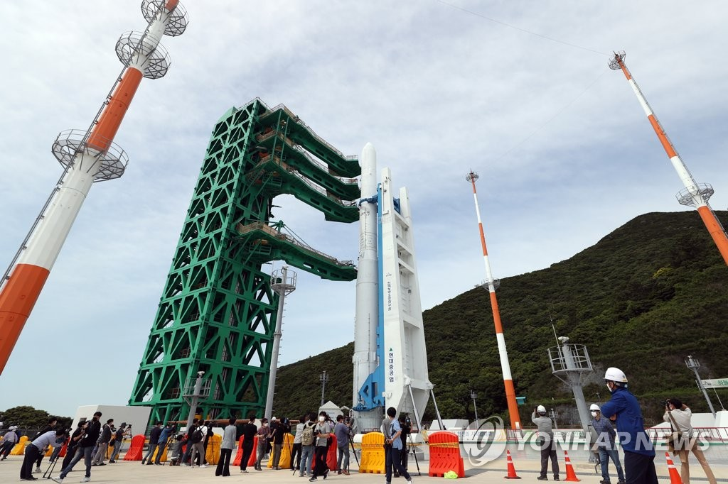 A model of South Korea's space launch vehicle Nuri is erected on its launch pad for testing at the Naro Space Center in Goheung, 473 kilometers south of Seoul, in this file photo taken on June 1, 2021. (Yonhap)