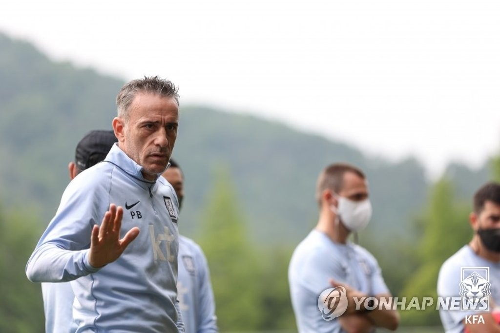 Paulo Bento, head coach of the South Korean men's national football team, addresses his players during practice at the National Football Center in Paju, Gyeonggi Province, on June 1, 2021, in this photo provided by the Korea Football Association. (PHOTO NOT FOR SALE) (Yonhap)