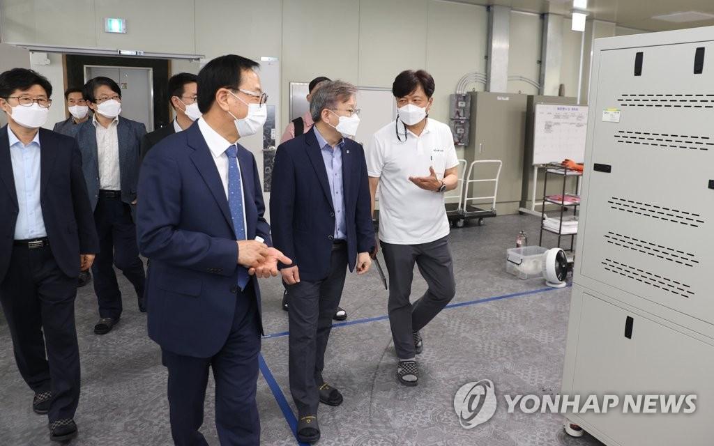소부장 강소기업 '비나텍' 방문한 권칠승 장관