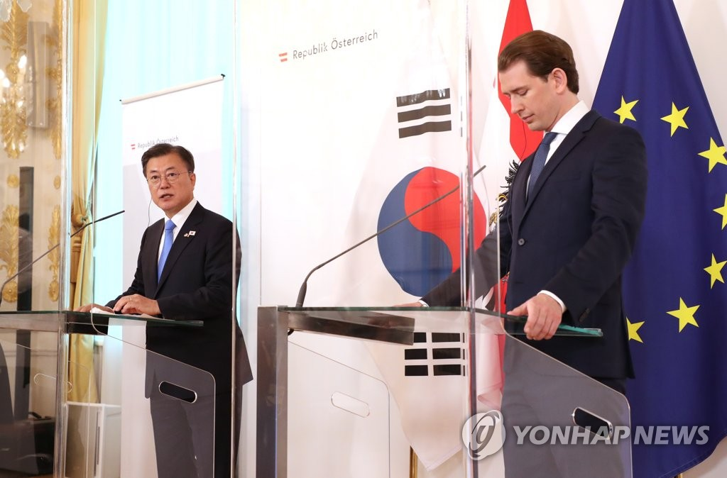 South Korean President Moon Jae-in (L) holds a joint press conference with Austrian Chancellor Sebastian Kurz on the results of their talks in Vienna on June 14, 2021. (Yonhap)