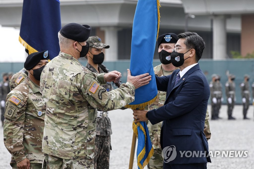 South Korean Defense Minister Suh Wook (R) hands over the commandership of the Korea-U.S. Combined Forces Command (CFC) to Gen. Paul LaCamera (L), the new commander of U.S. Forces Korea (USFK), during the latter's inaugural ceremony at U.S. Army base Camp Humphreys in Pyeongtaek, 70 km south of Seoul, on July 2, 2021. (Pool photo) (Yonhap)