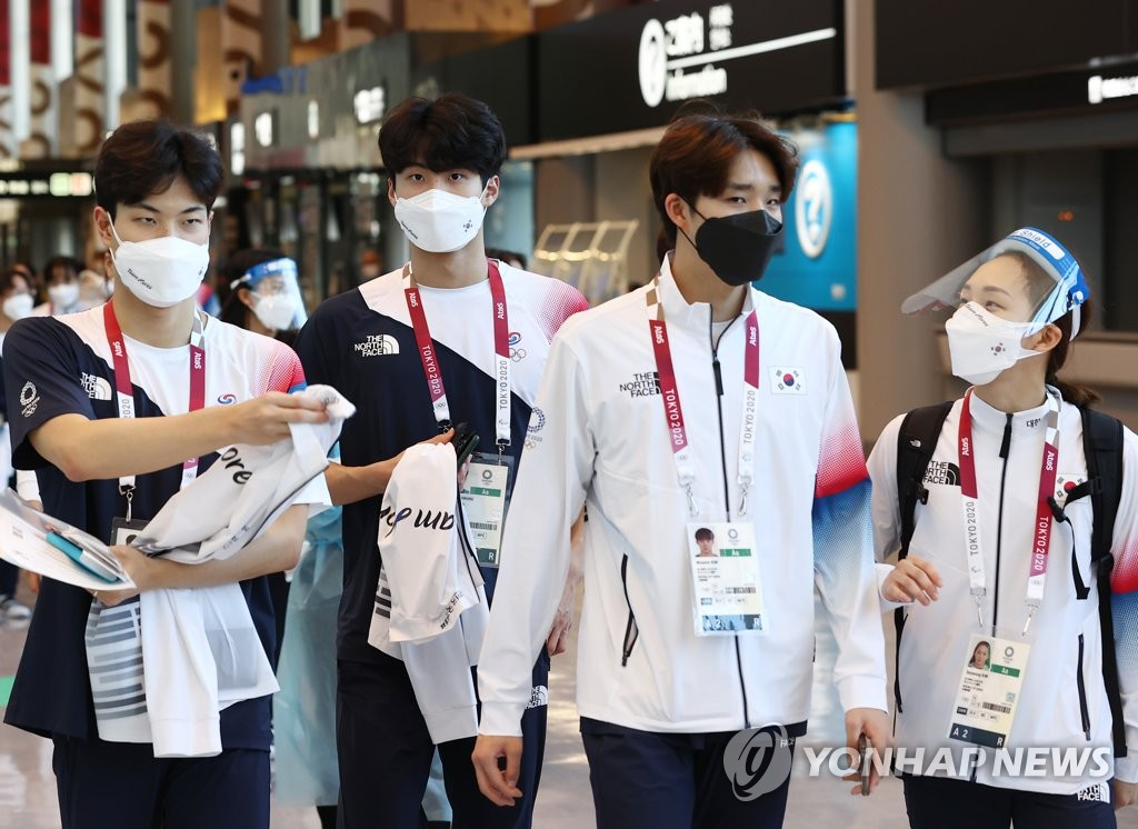 South Korean swimmers head for an exit at Narita International Airport in Narita, Japan, after arriving for the Tokyo Olympics on July 19, 2021. (Yonhap)