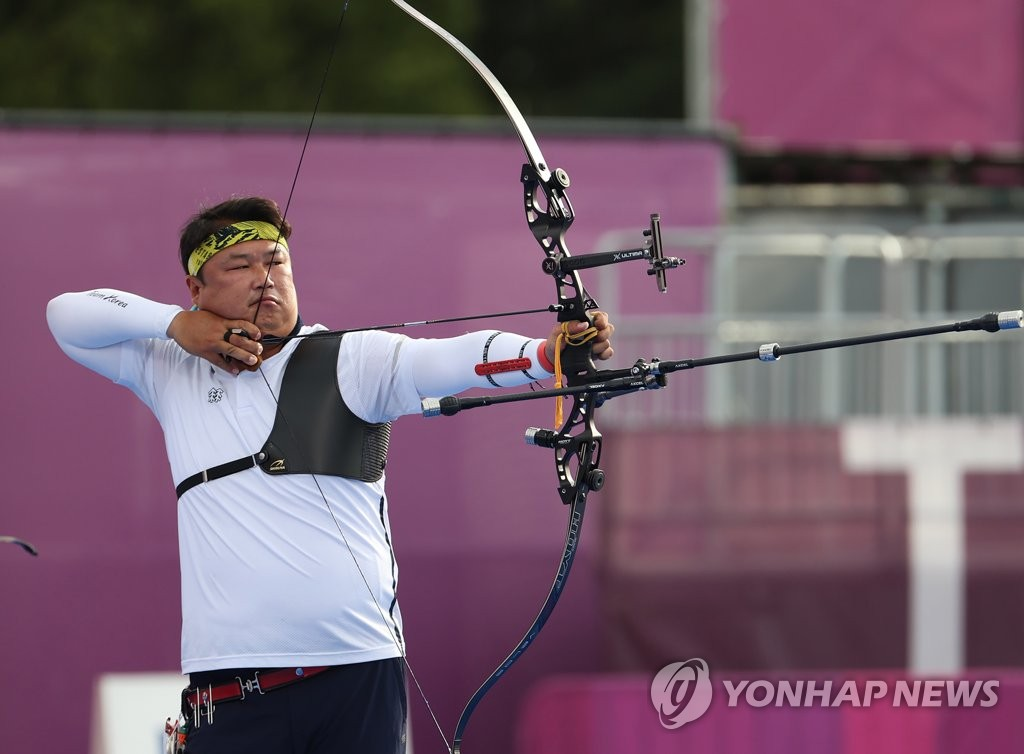 Oh Jin-hyek of South Korea competes in the final of the men's archery team event at the Tokyo Olympics at Yumenoshima Park Archery Field in Tokyo on July 26, 2021. (Yonhap)