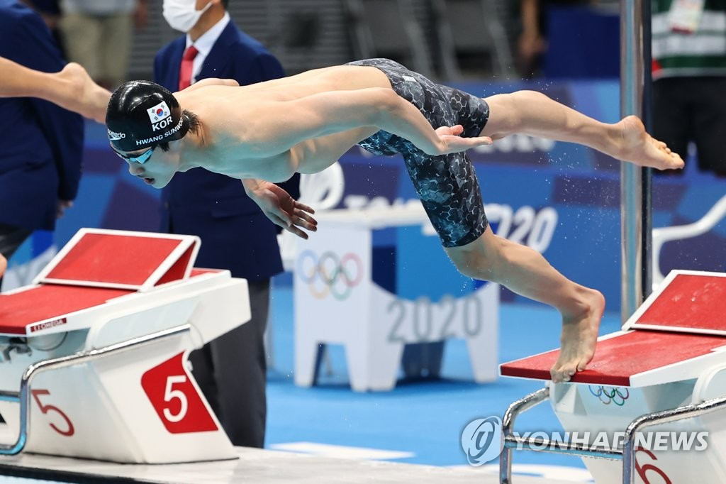 Hwang Sun-woo of South Korea jumps into the pool to start the men's 100m freestyle final at the Tokyo Olympics at Tokyo Aquatics Centre in Tokyo on July 29, 2021. (Yonhap)