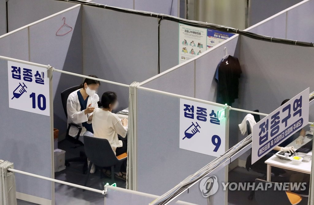 A health worker administers a COVID-19 vaccine shot at a vaccination center in Seoul on July 29, 2021. (Yonhap)